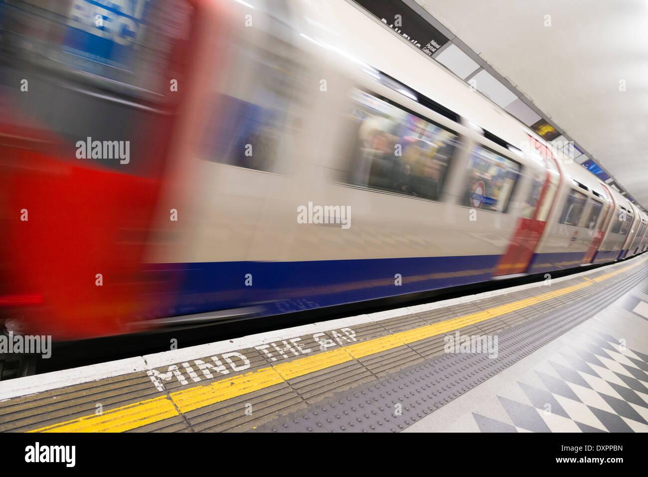 Train de quitter la station de métro de Londres, Angleterre, Royaume-Uni Photo Stock