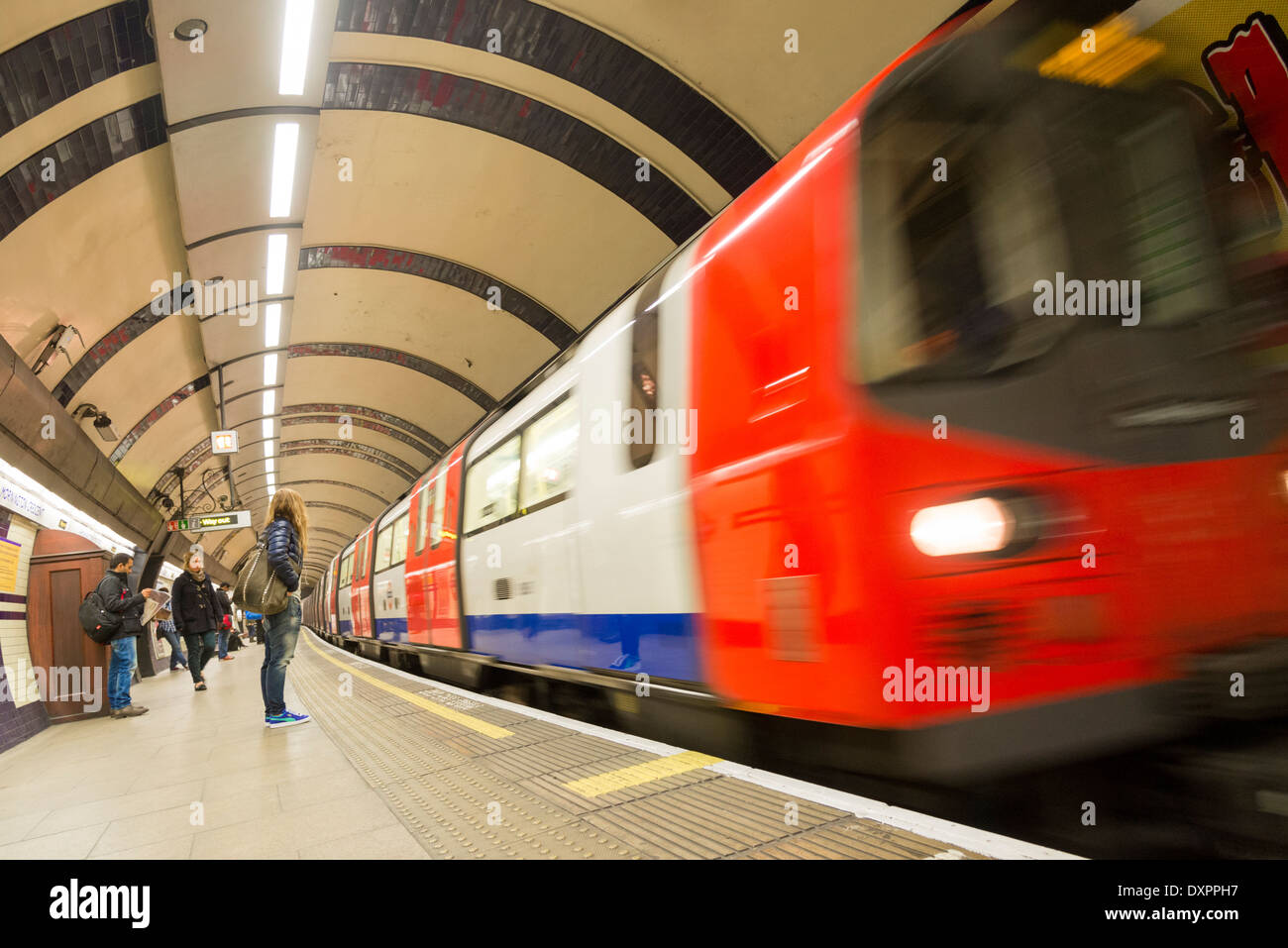 Ligne du nord London Underground train arrivant en gare, UK Photo Stock