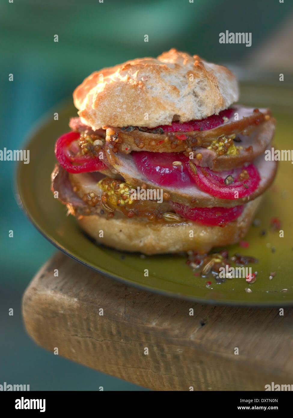 Rôti de porc fumé, oignon rouge et moutarde traditionnelle burger Photo Stock