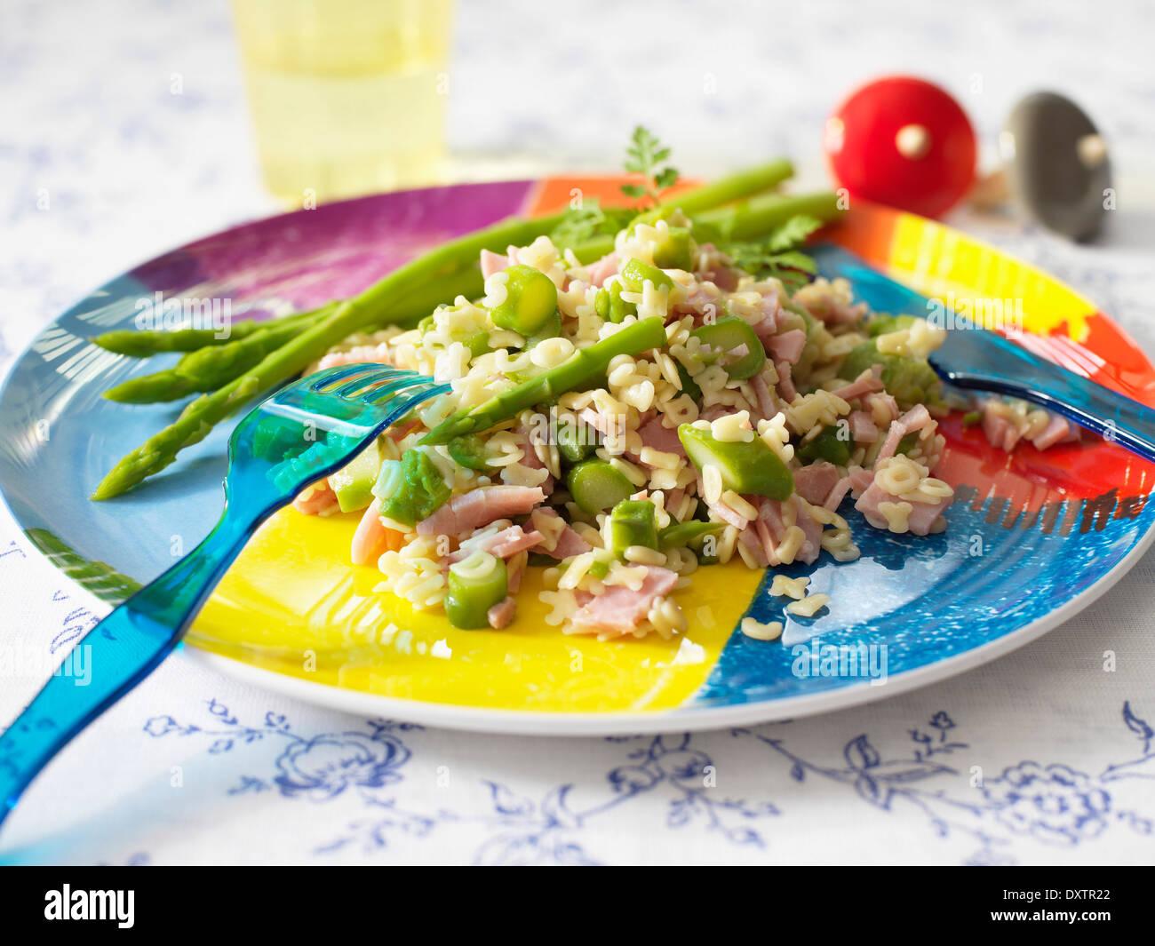 Les pâtes alphabet au jambon et asperges vertes Photo Stock