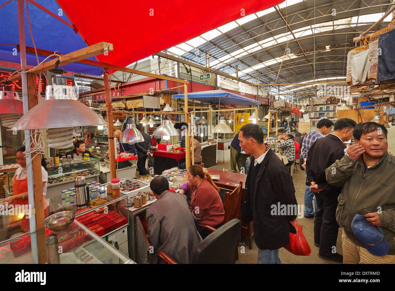 Une arnaque au marché des oiseaux, poissons et insectes, à Shanghai, en Chine. Banque D'Images