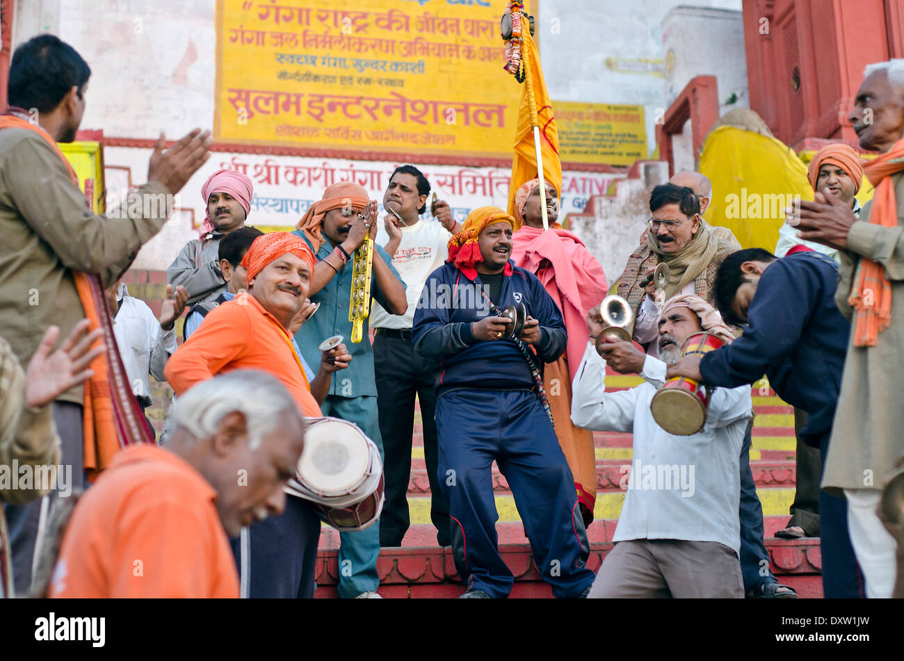 Les dévots chantant et jouant à ghat Dashashwamedh , Varanasi , Inde Photo Stock