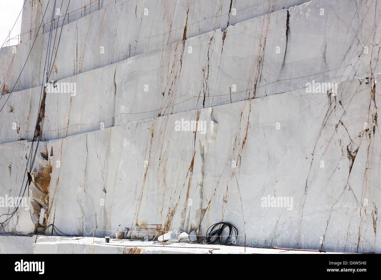 La carrière de marbre dans les Alpes Apuanes près de Carrare, Italie Photo Stock