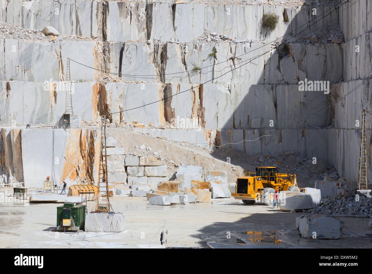 Blocs de marbre extrait dans la carrière de marbre dans les Alpes Apuanes près de Carrare, Italie Photo Stock