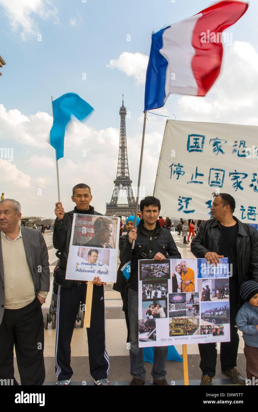 Le tibétain, le taïwanais, et les communautés ethniques de l'Ouïgour France, manifestation, a appelé à des citoyens français à se mobiliser au cours de la visite du président chinois à Paris, sur la Place des droits de l'homme. Groupe Holding pancartes Banque D'Images