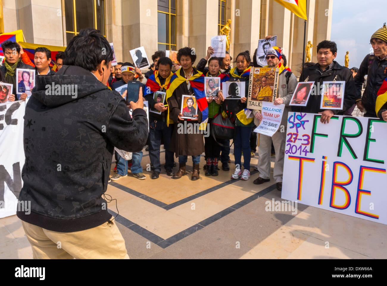 Les communautés ethniques tibétaines, taïwanaises de France et leurs amis ont appelé les citoyens français à se mobiliser lors de la visite du Président chinois à Paris, en tenant des panneaux de protestation et des photos des victimes, des hommes réfugiés Banque D'Images
