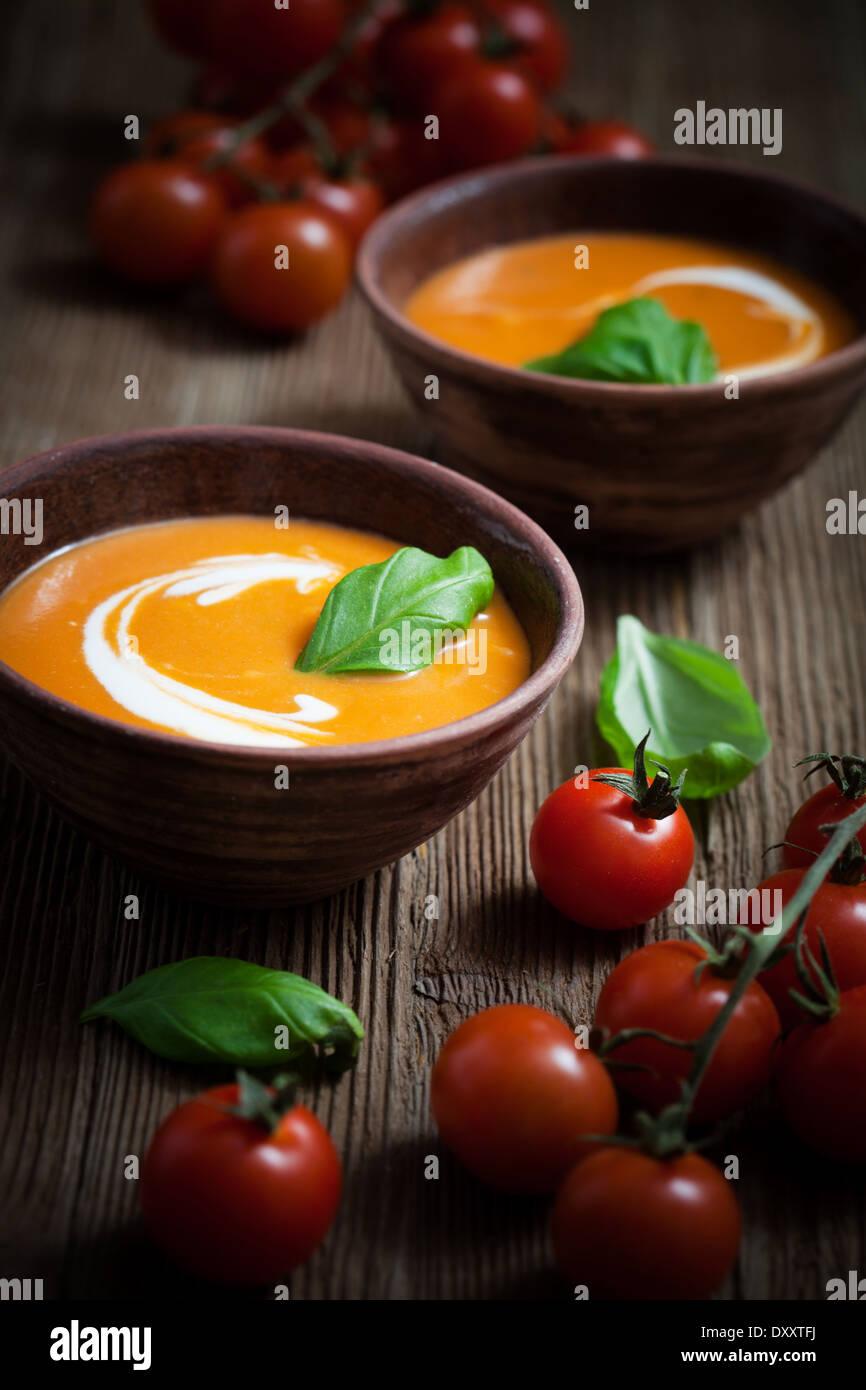 Soupe de tomate à la crème et basilic frais Photo Stock