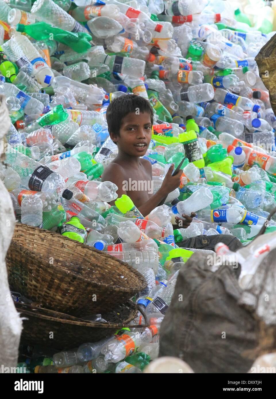 3d898a0e611 Un des enfants du Bangladesh travaille dans une usine de recyclage de  bouteilles en plastique en plus de la rivière Buriganga à Dhaka le 01 avril  2014.
