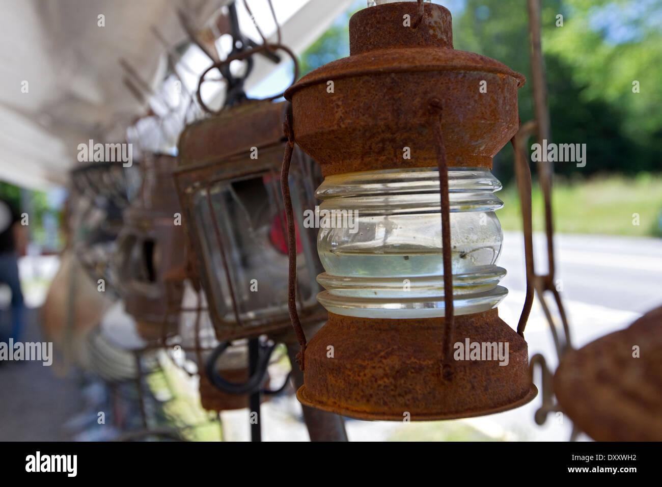 Lanternes rouillées pendaison pour vendre à un marché aux puces Photo Stock
