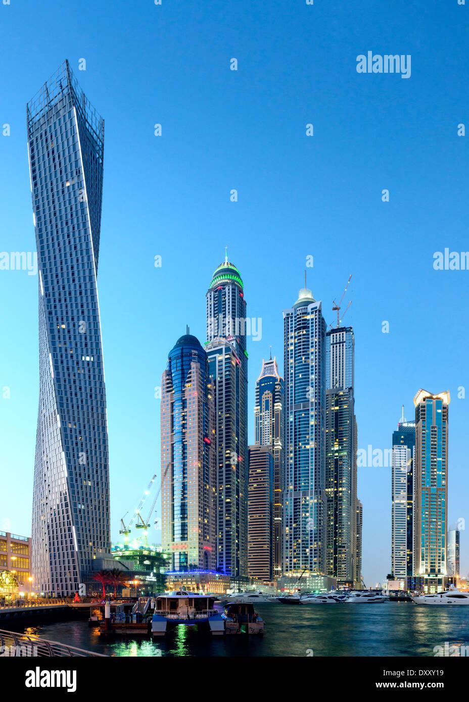 Vue sur l'horizon crépusculaire de gratte-ciel modernes dans quartier du port de plaisance de Dubaï Émirats Arabes Unis Photo Stock
