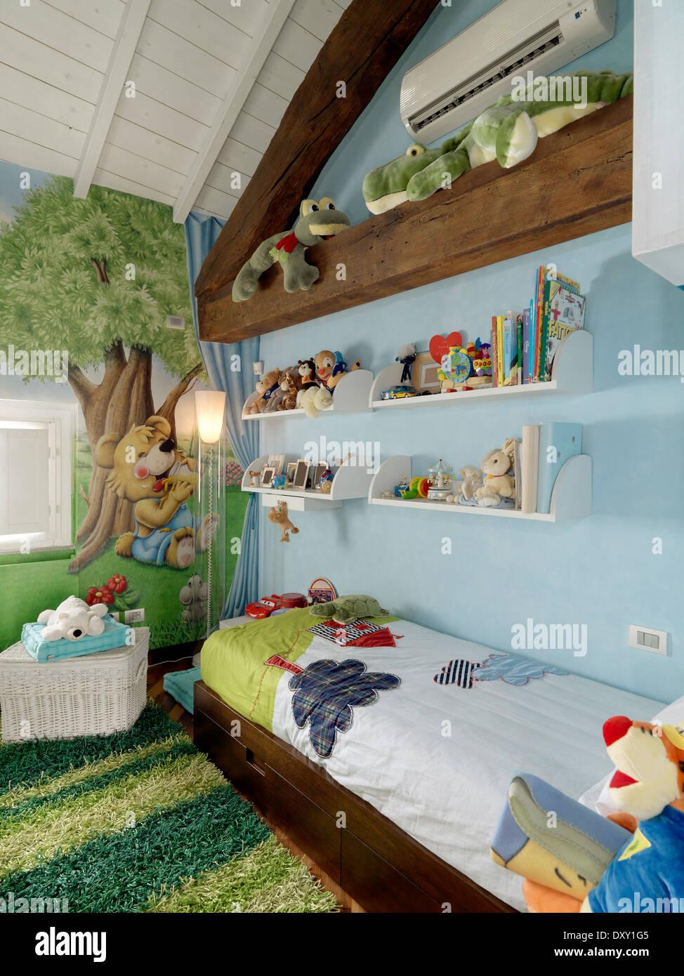 Chambre à coucher moderne pour les garçons dans la chambre mansardée Photo Stock