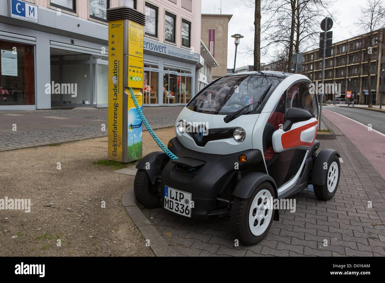 Une voiture électrique ayant sa batterie rechargée Photo Stock