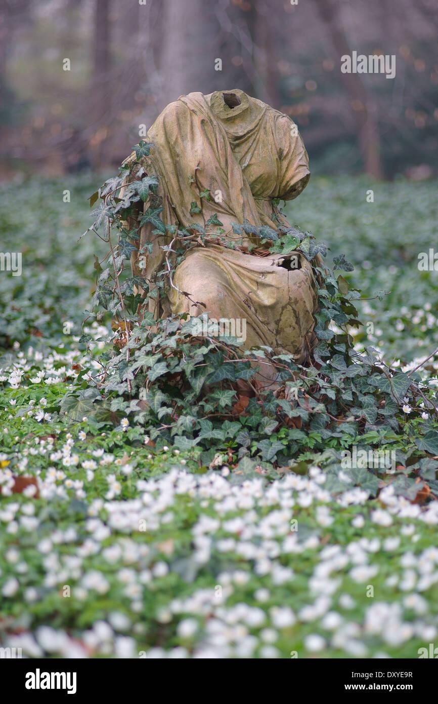 Corps sans tête en fleurs fleurs de printemps entre sculpture Photo Stock