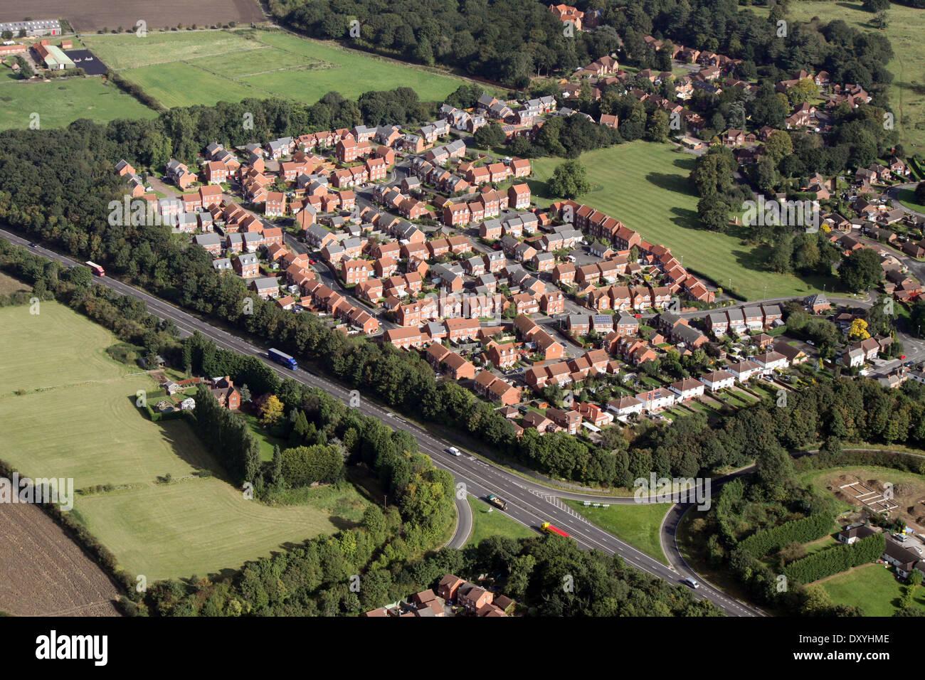 Vue aérienne de l'ensemble immobilier moderne, beaucoup de maisons ont des panneaux solaires sur le toit Photo Stock