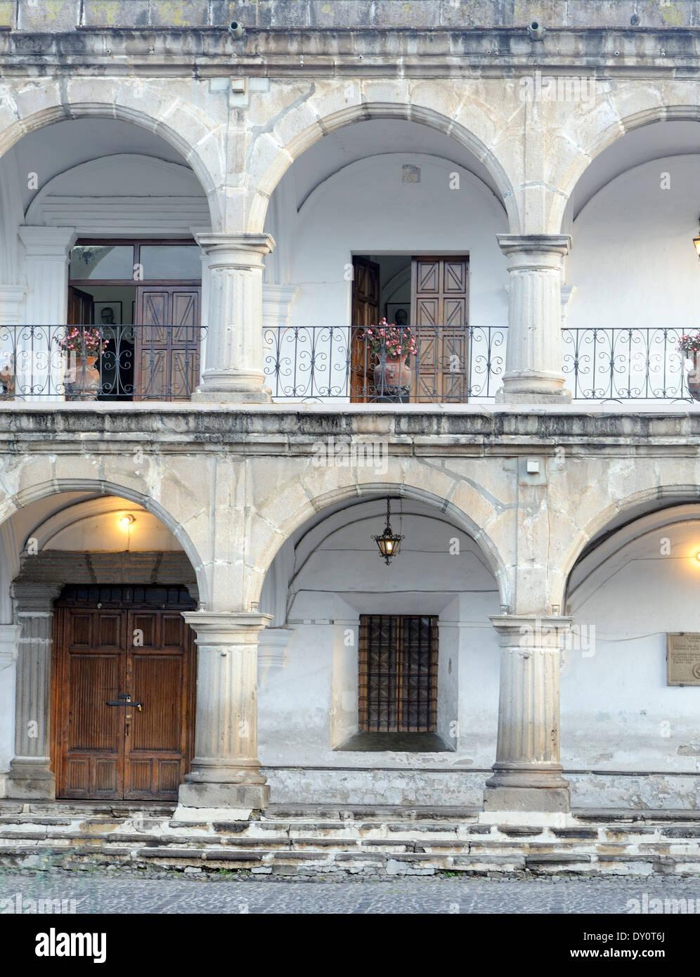 Les colonnades en pierre solide du 18e siècle, el Ayuntamiento, à l'hôtel de ville, en s'appuyant sur le côté nord du Parque Central. Photo Stock