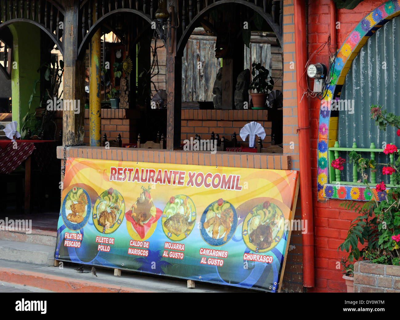 Un menu illustré à l'extérieur d'un restaurant. Panajachel, République du Guatemala. Photo Stock