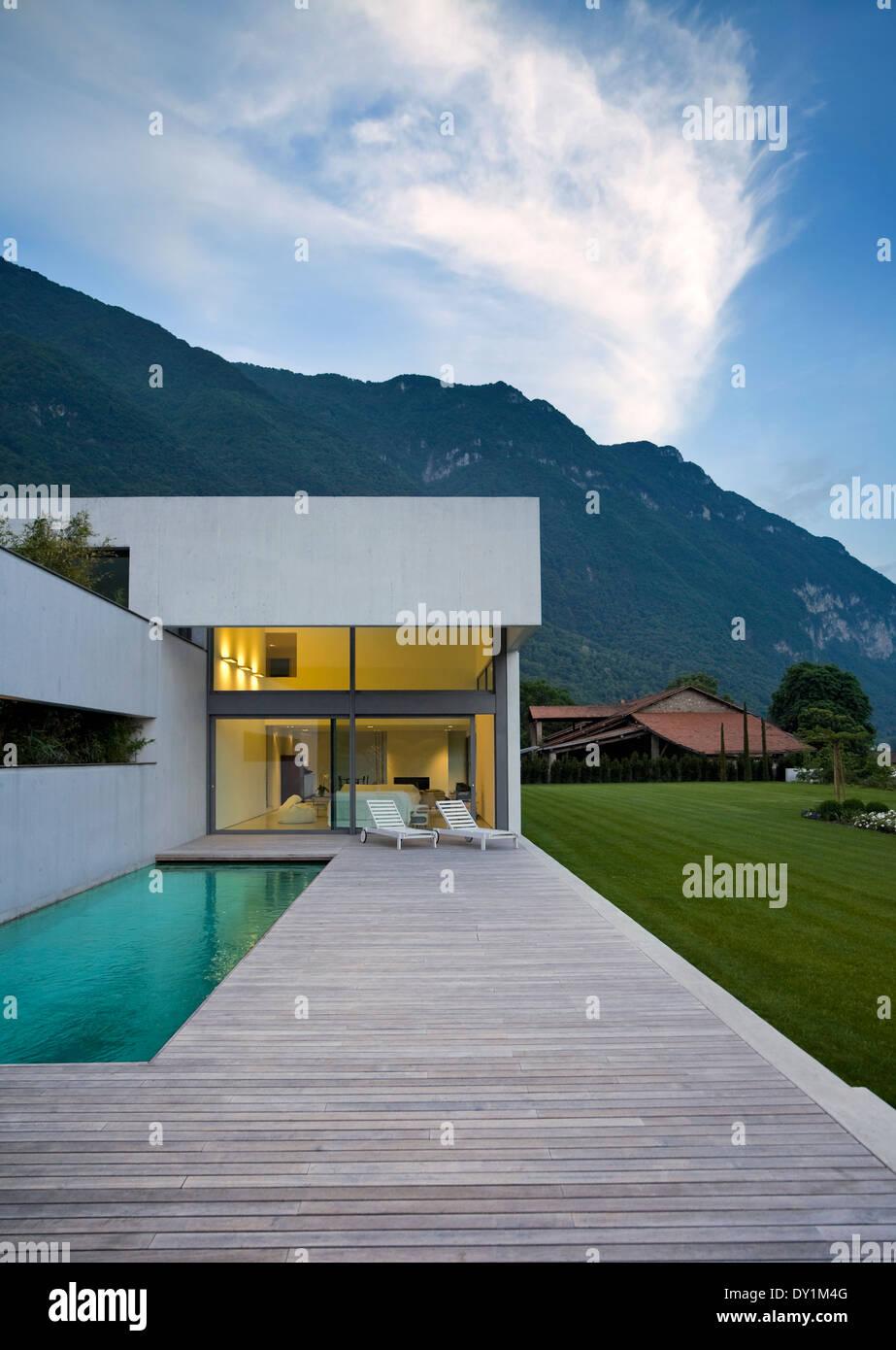 Extérieur, maison moderne en beton avec une beauté intérieure Banque ...