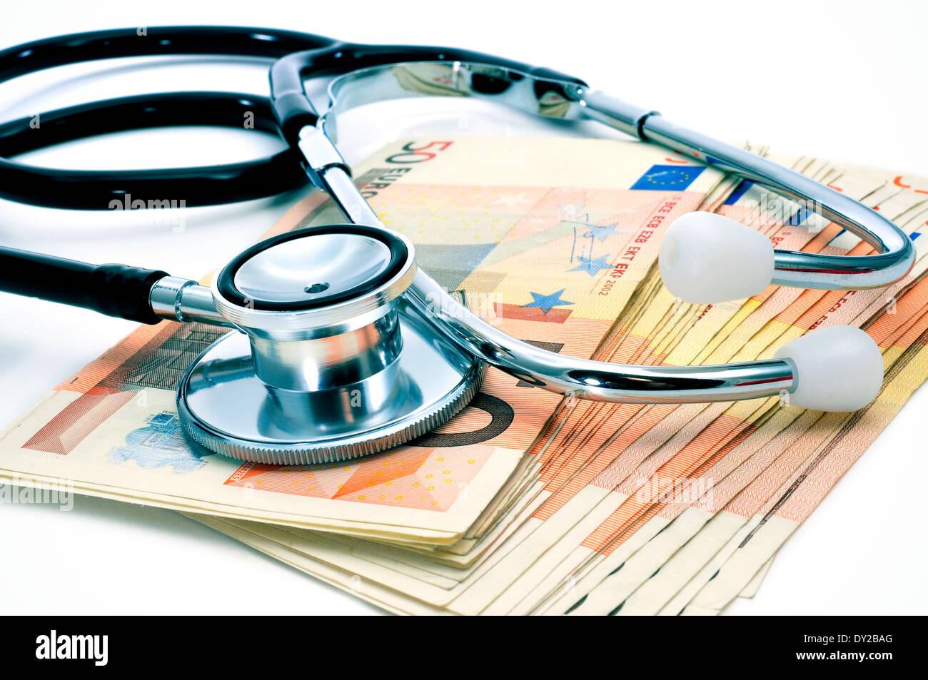 Un stéthoscope sur un tas de projets de l'euro, représentant le concept de l'industrie des soins de santé Photo Stock
