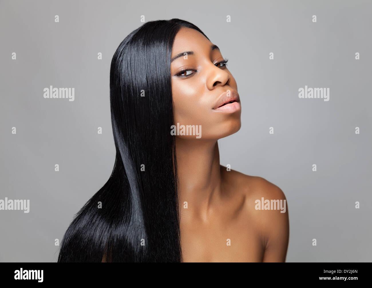 Jeune black beauty avec les cheveux longs Photo Stock
