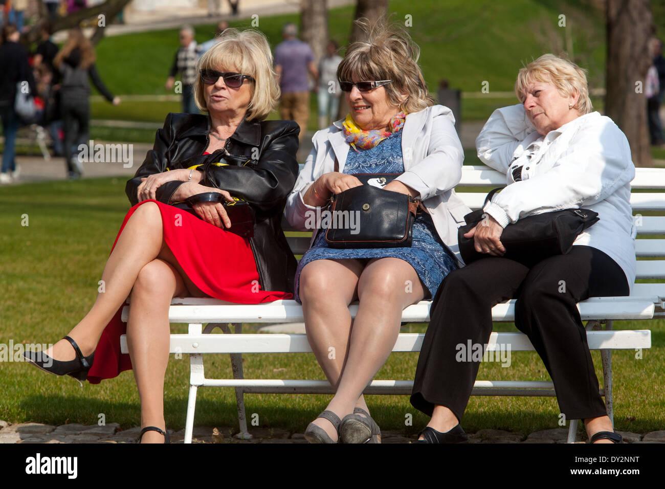 Personnes âgées sur le banc de la Prague Praha République Tchèque Photo Stock
