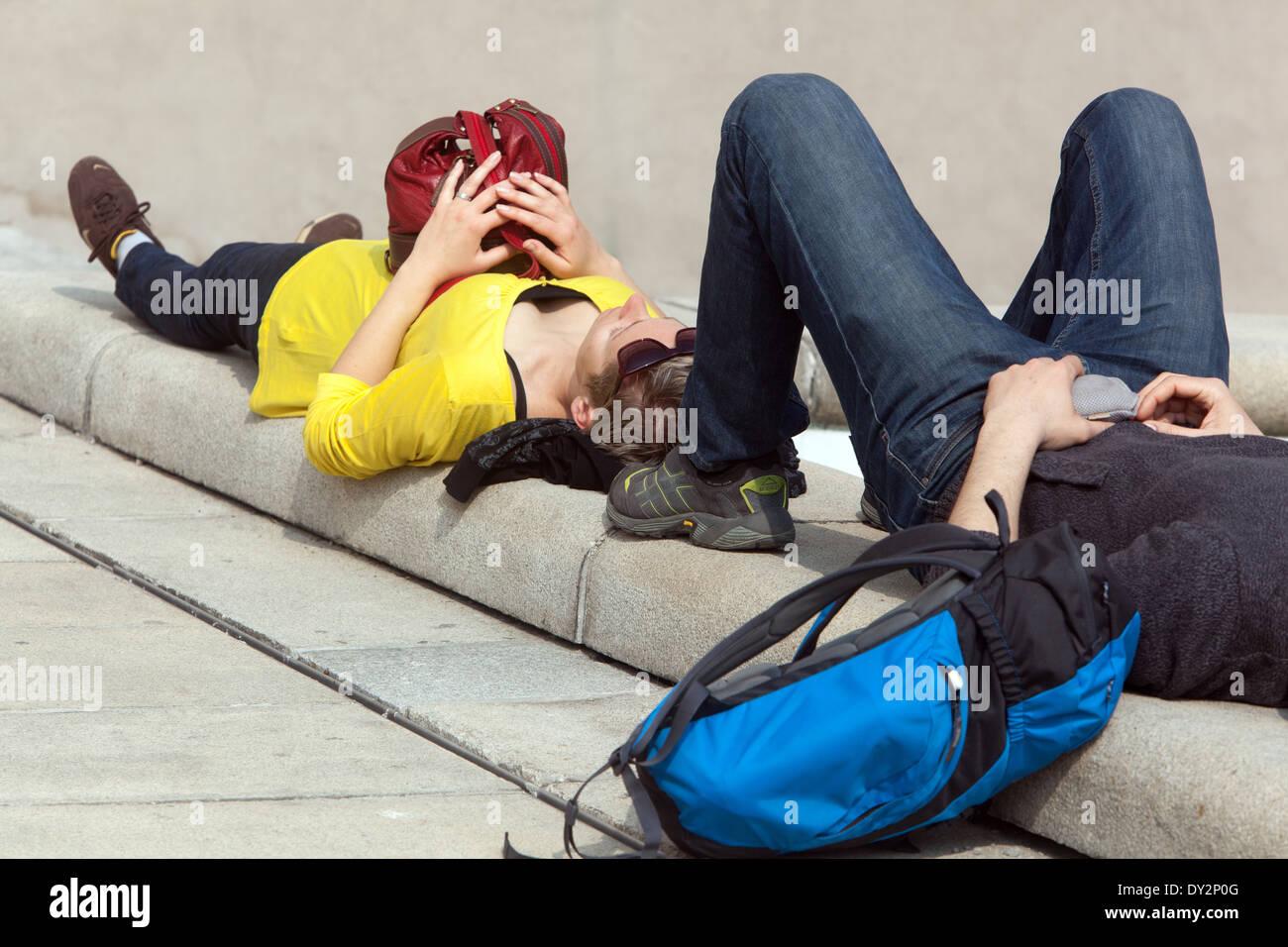 Les touristes fatigués au repos Prague Praha République Tchèque Photo Stock