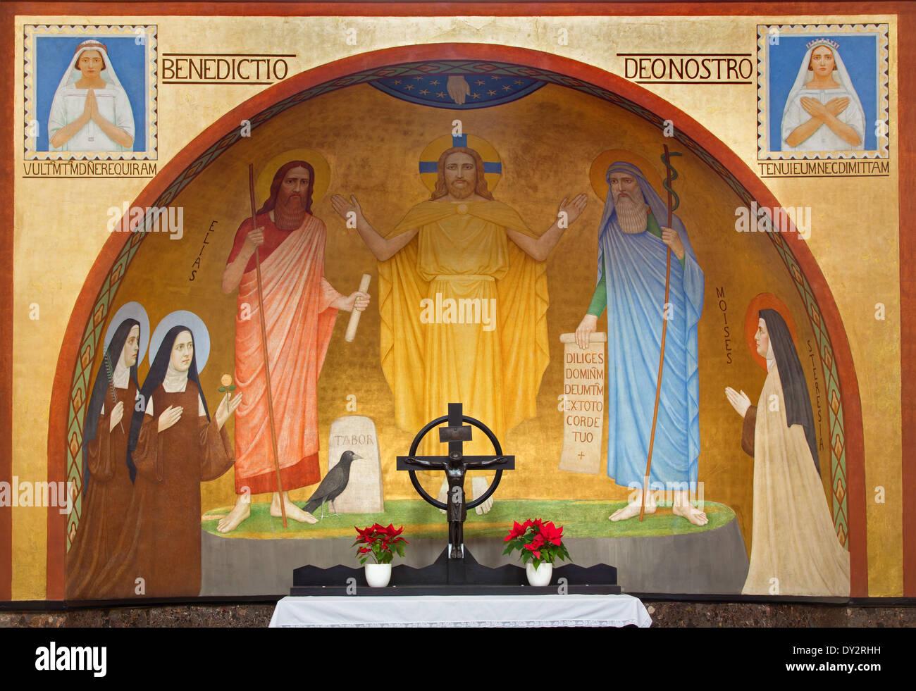 Vienne - Jésus avec le Moïse et Eliah fresco par P. Verkade (1927) de l'autel latéral de l'église des Carmélites Photo Stock