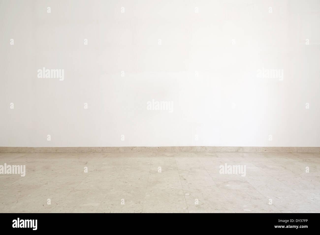 Salle vide, avec du marbre au sol et mur blanc Photo Stock