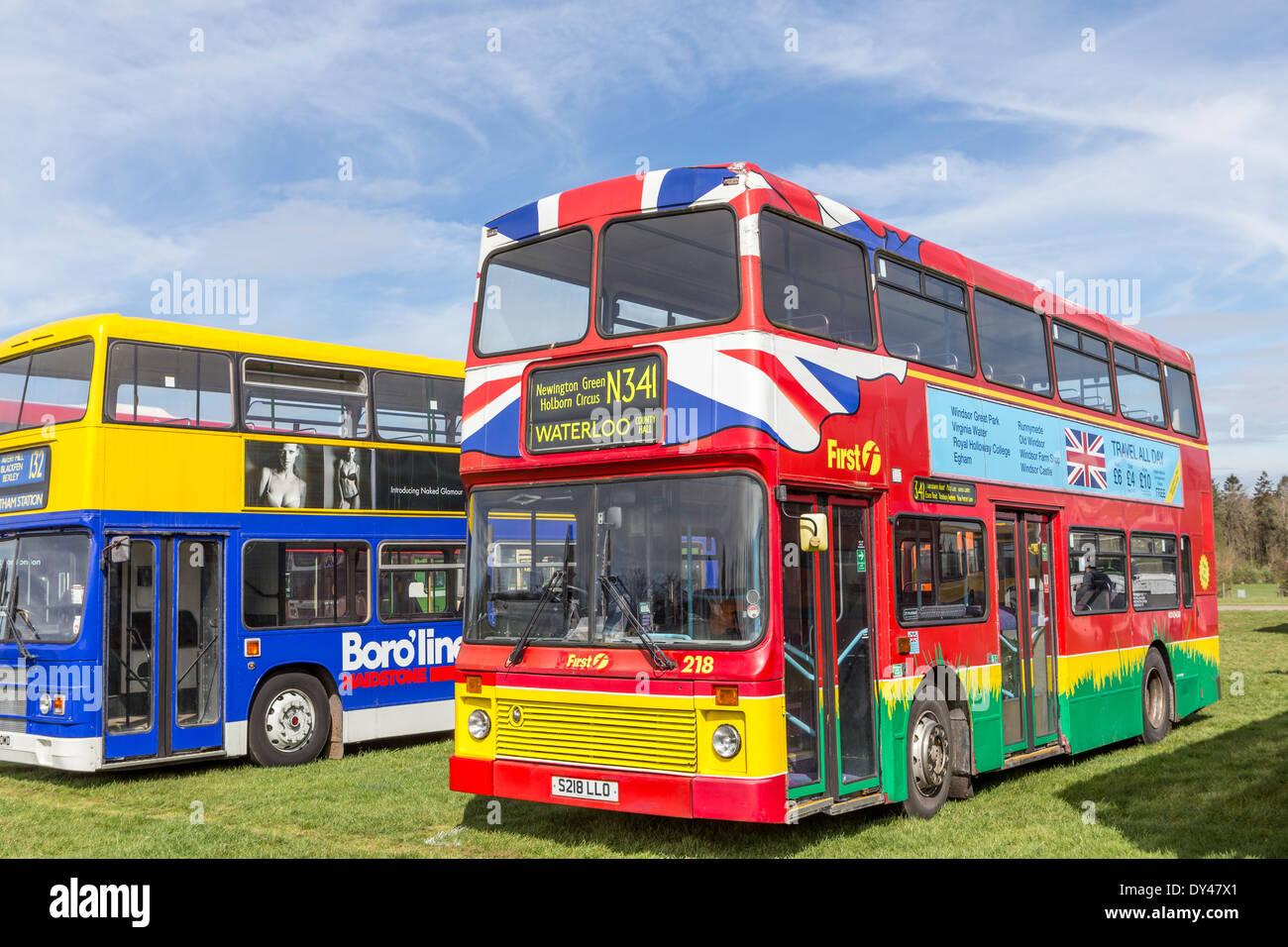 Les autobus modernes colorés à l'affichage des véhicules du patrimoine Photo Stock