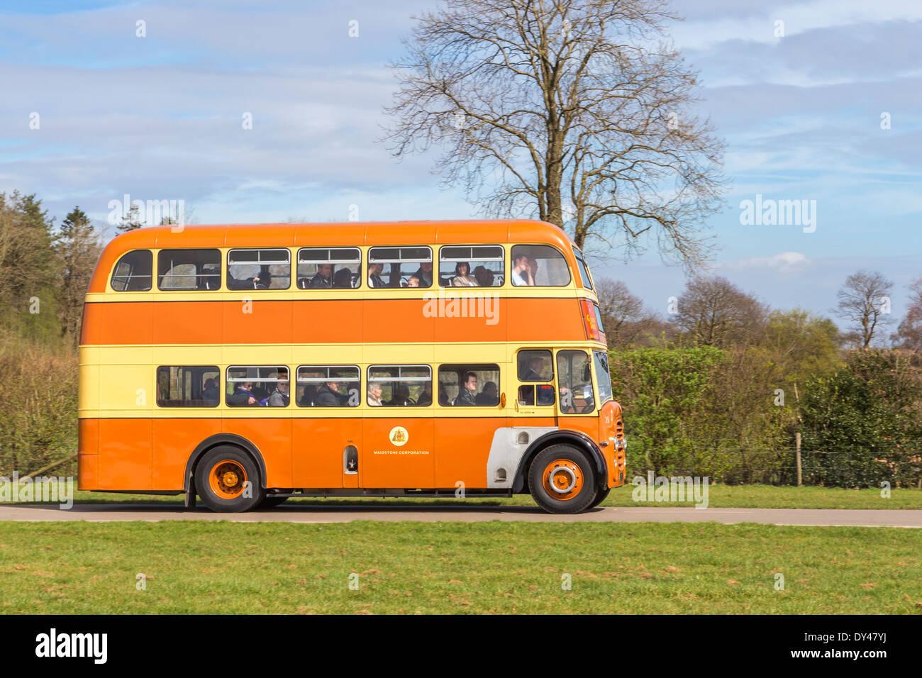 Bus d'époque à l'affichage des véhicules du patrimoine Photo Stock