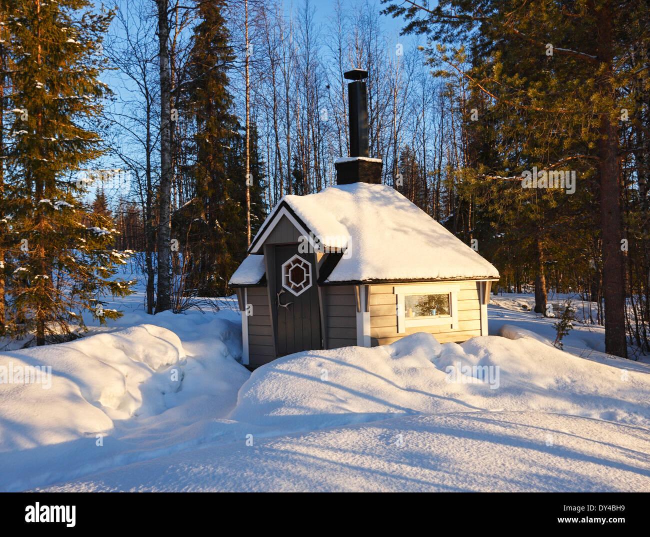 Petite cabine de sauna en bois en Finlande, Laponie. Banque D'Images