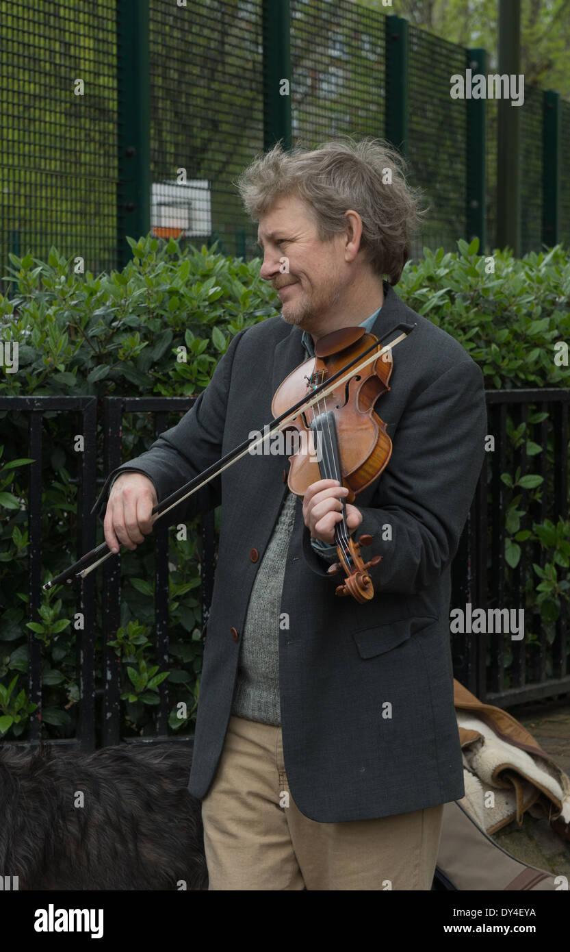 Musicien ambulant avec violon, Londres. Columbia Road Photo Stock