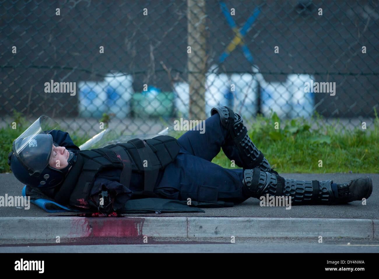 Un agent de police anti-émeute blessés. Photo Stock