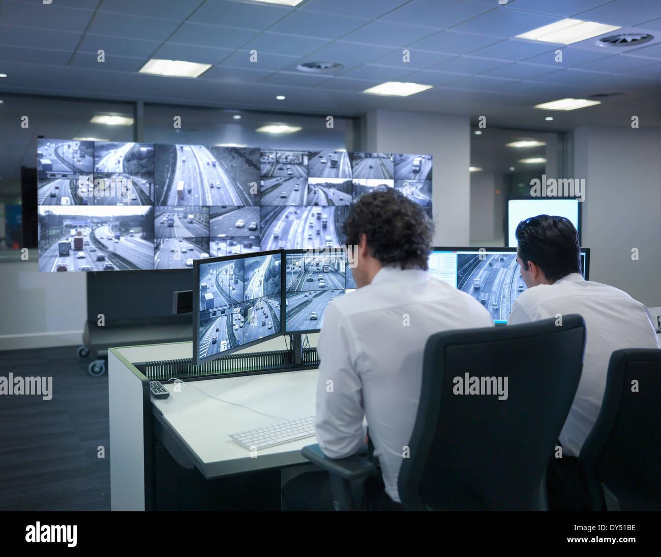 Avec les opérateurs en salle de contrôle du trafic des écrans Photo Stock