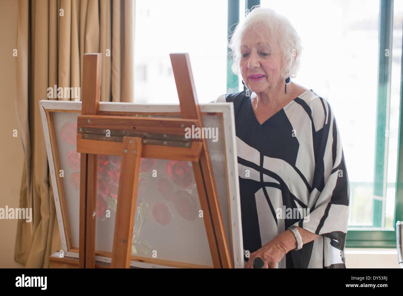 Les femmes âgées en toile peinture art villa retraite Photo Stock