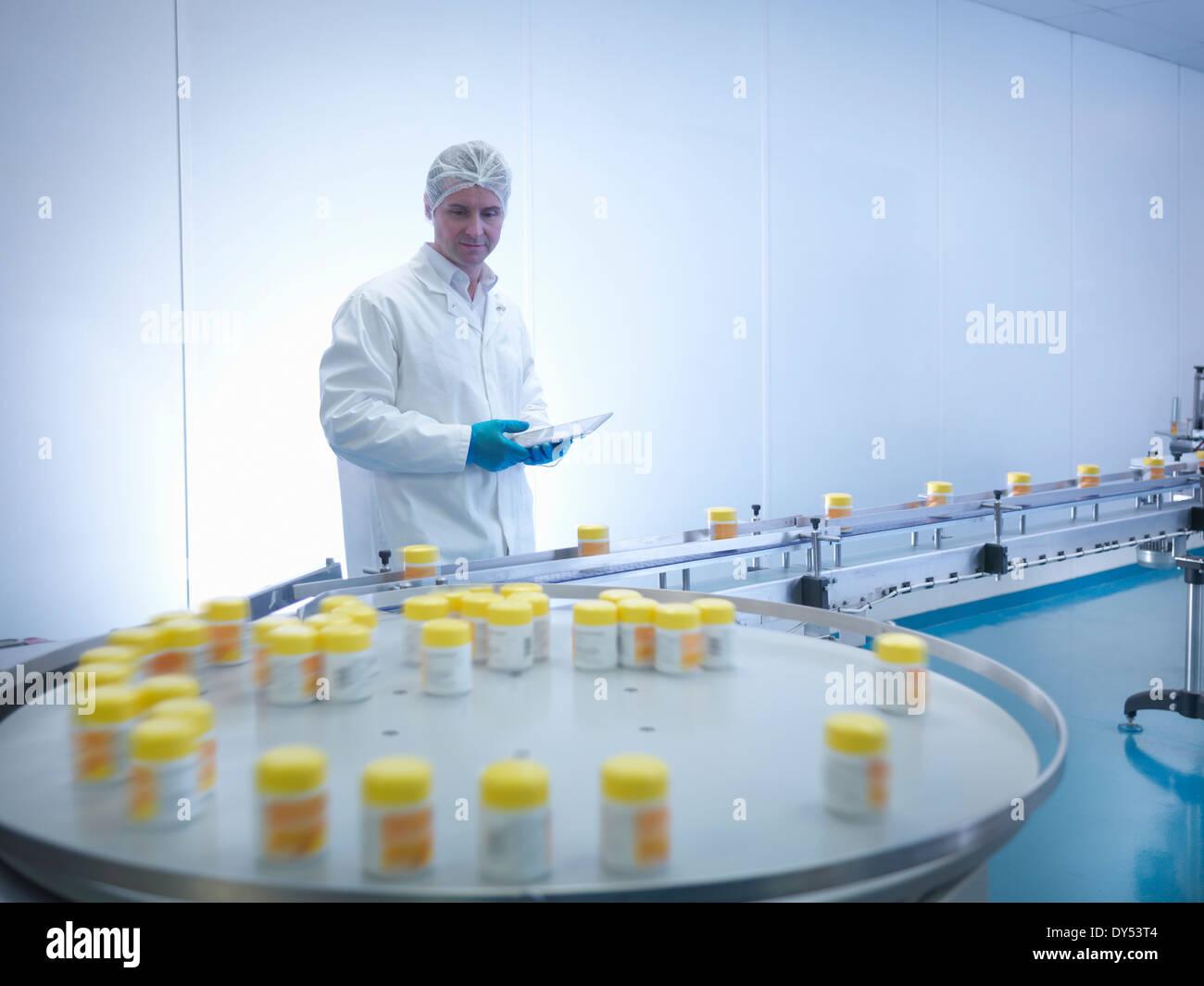 Dans l'emballage de l'inspection des travailleurs d'usine pharmaceutique Photo Stock