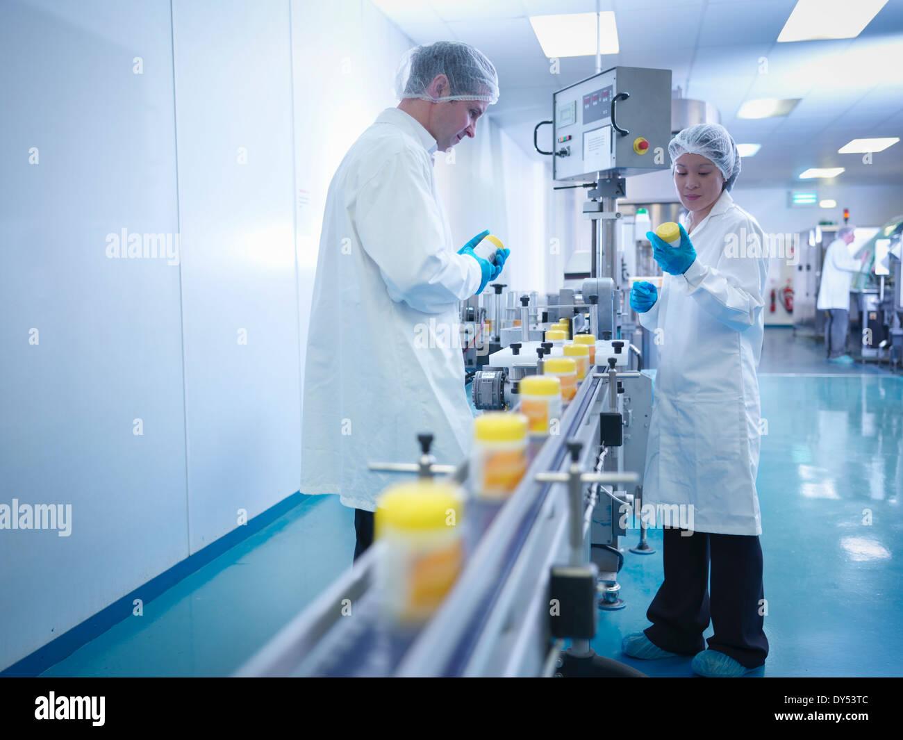 L'inspection des travailleurs dans l'emballage d'usine pharmaceutique Photo Stock