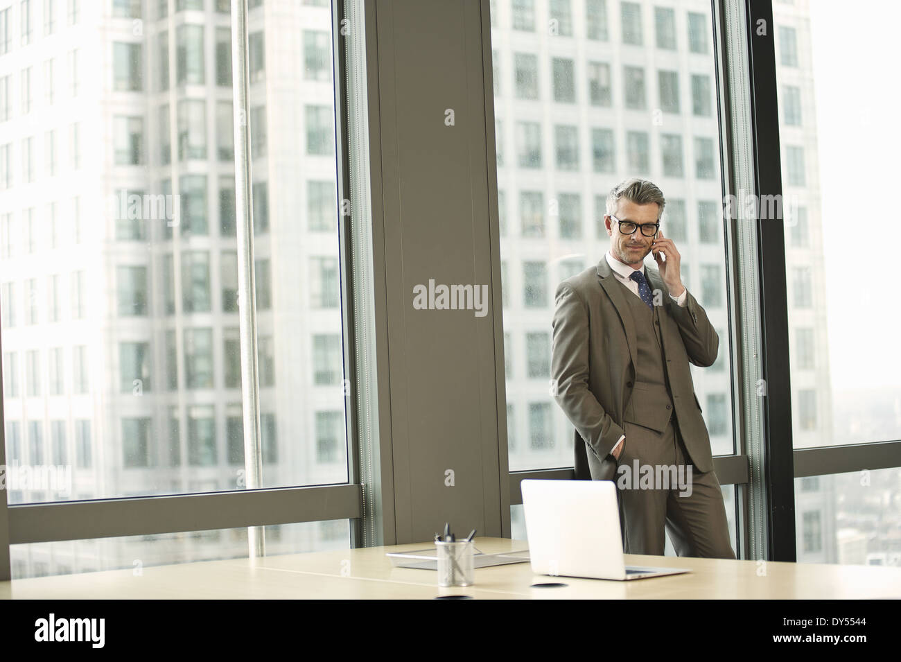 Portrait of businessman in office de grande hauteur Photo Stock