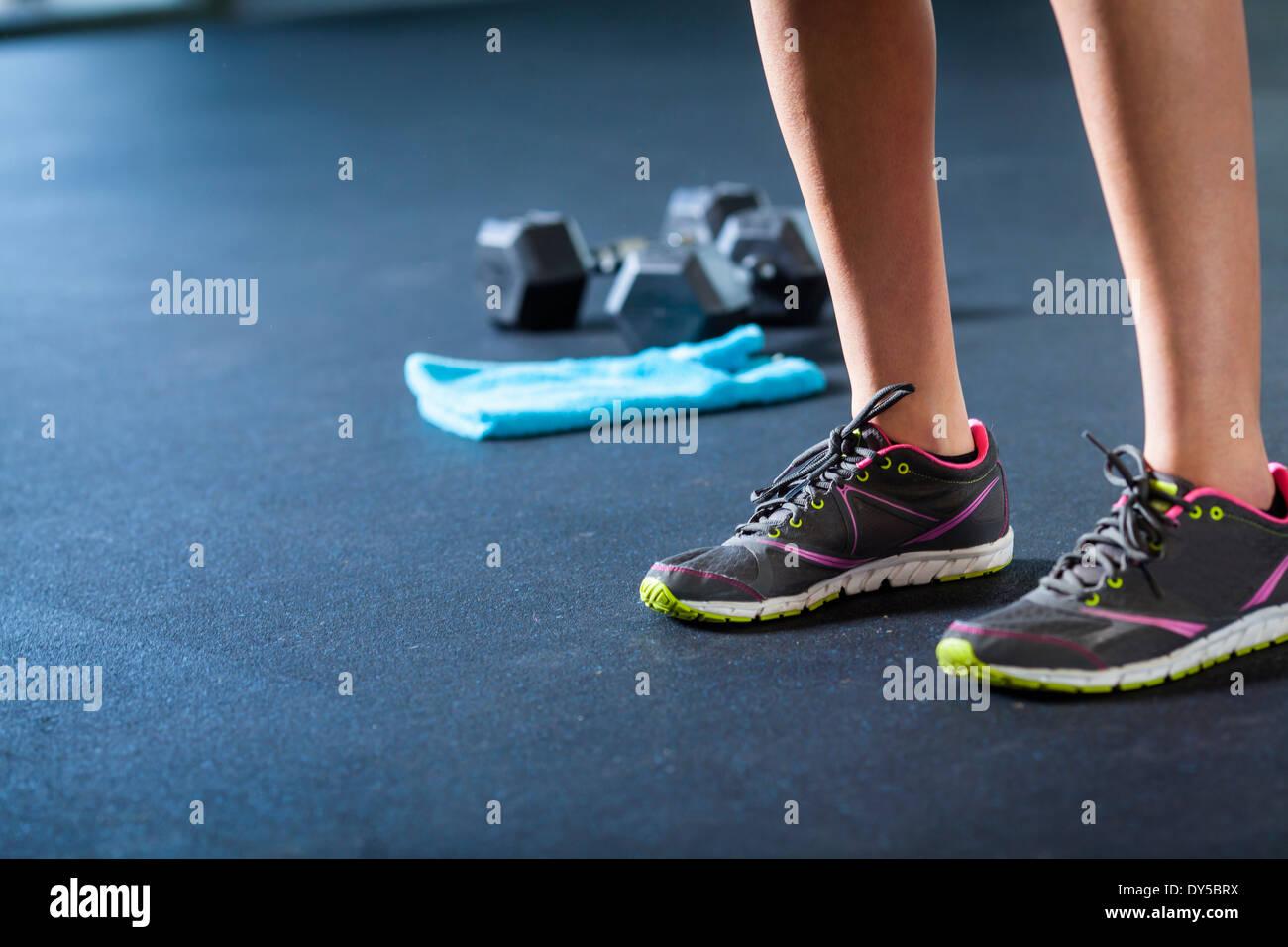 Des chaussures de sport, poids, serviette Photo Stock