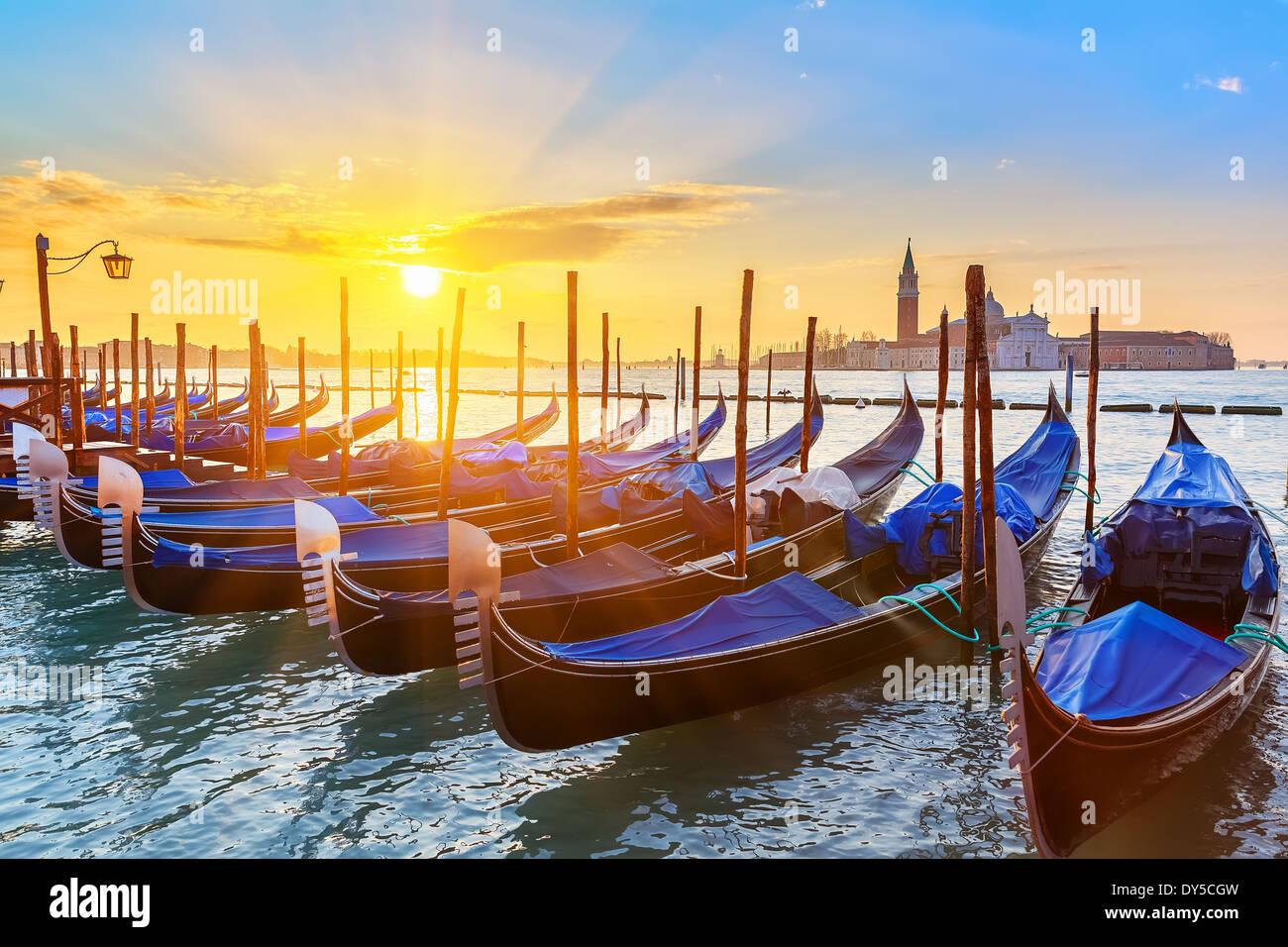Gondoles vénitiennes au lever du soleil Photo Stock