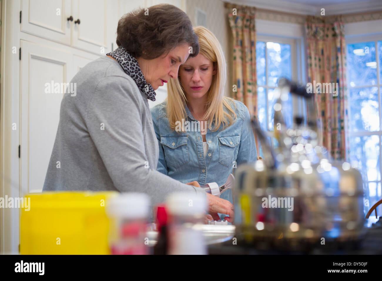 Petite-fille et femme Senior Ensemble de cuisson Photo Stock