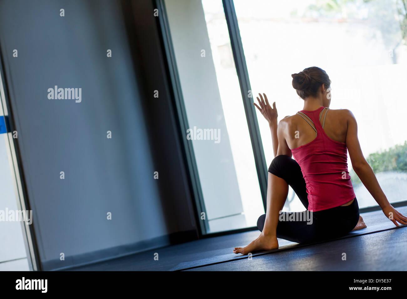 Jeune femme en yoga pose Photo Stock