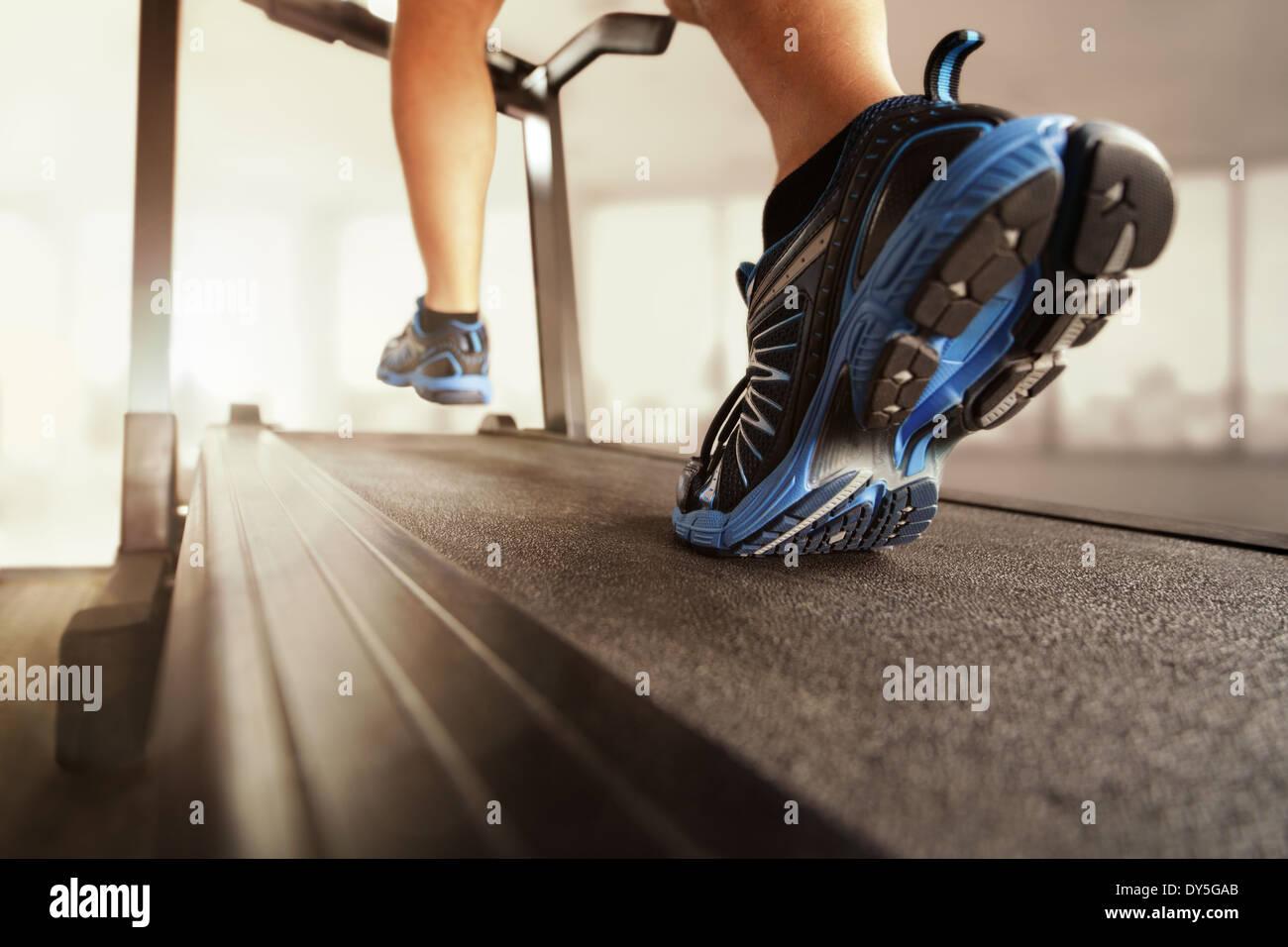 Courir sur un tapis roulant Photo Stock