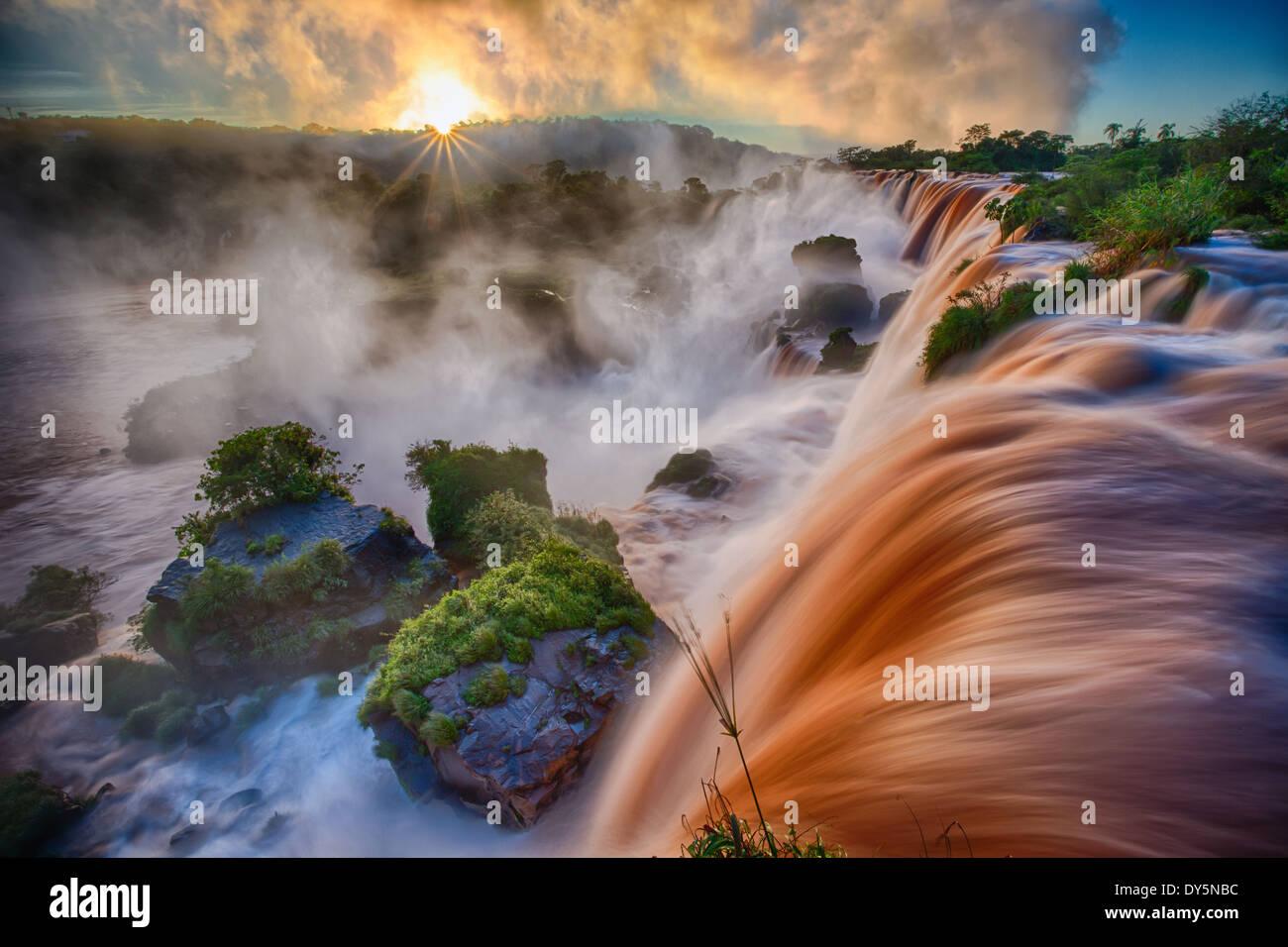 Chutes d'Iguaçu sont les cascades de la rivière Iguazu à la frontière de l'Argentine et le Brésil Photo Stock