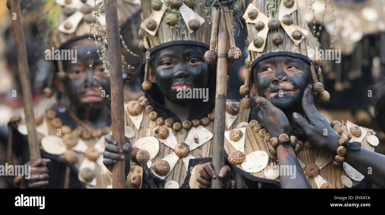 Trois enfants avec des traînées noires visages, Ati Atihan Festival, Kalibo, Aklan, dans l'ouest de l'île de Panay, région des Visayas, Philippines Photo Stock