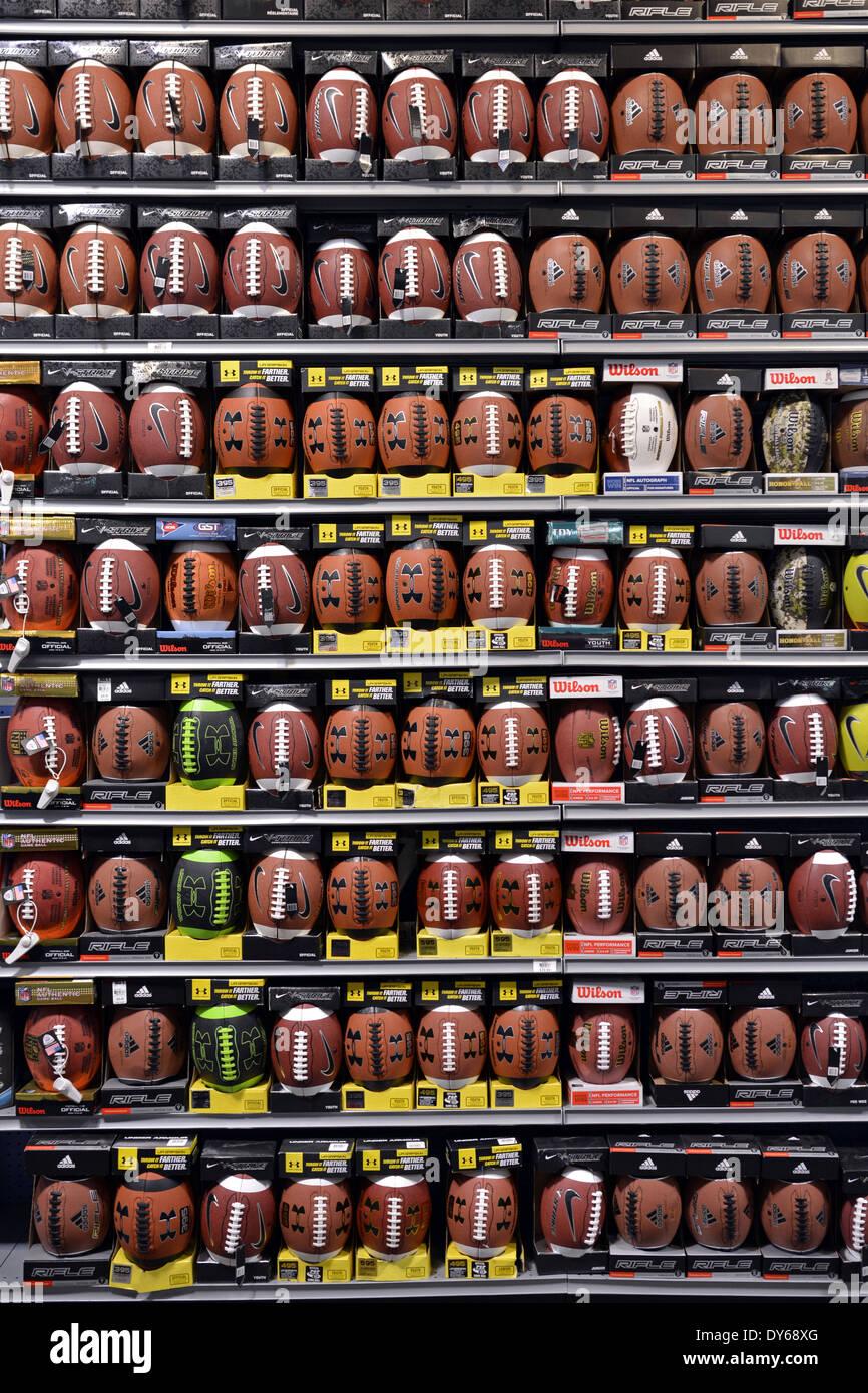 Ballons à vendre à Dick's Sporting Goods dans la région de Roosevelt Field Mall à Garden City, Long Island, New York Banque D'Images