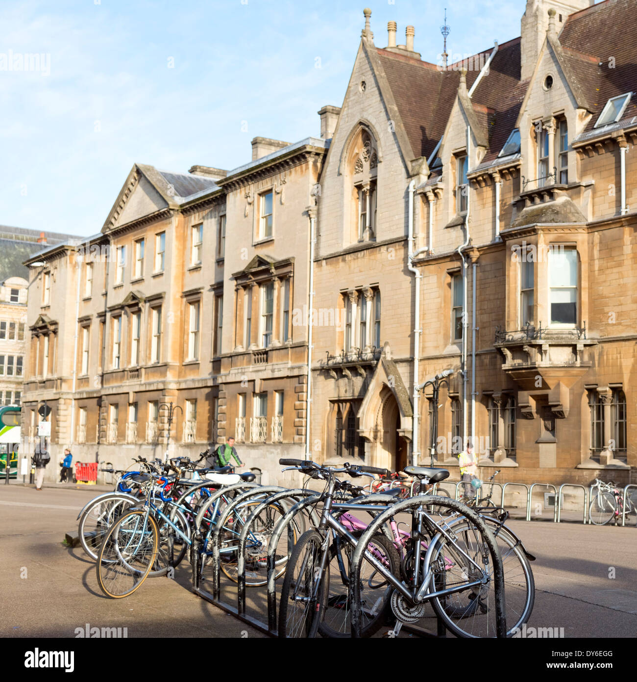 Bicyclettes dans Broad Street, centre-ville d'Oxford, Oxfordshire, Angleterre. Photo Stock