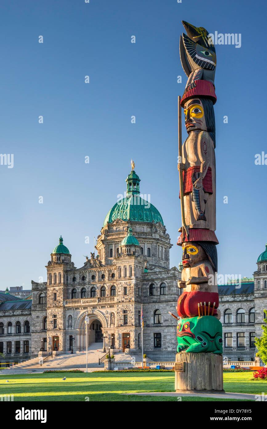 Totem Totem de connaissances, par Cicéron Août, édifices du Parlement, Victoria, île de Vancouver, Colombie-Britannique, Canada Banque D'Images