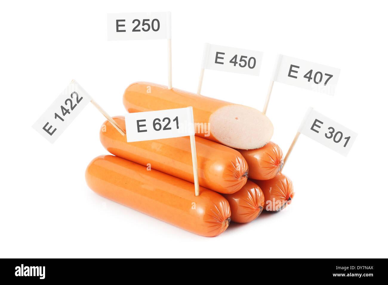 Concept d'aliments malsains - additifs chimiques dans la nourriture. Isloated saucisses sur fond blanc Photo Stock