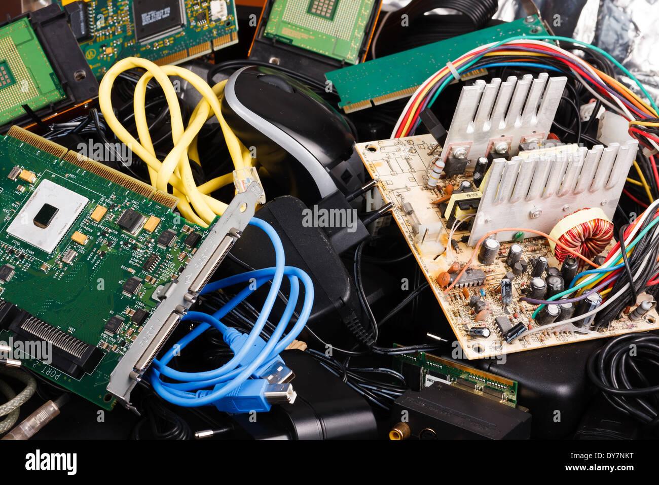Ancien bloc d'alimentation, câbles, disque dur dans la corbeille. Photo Stock