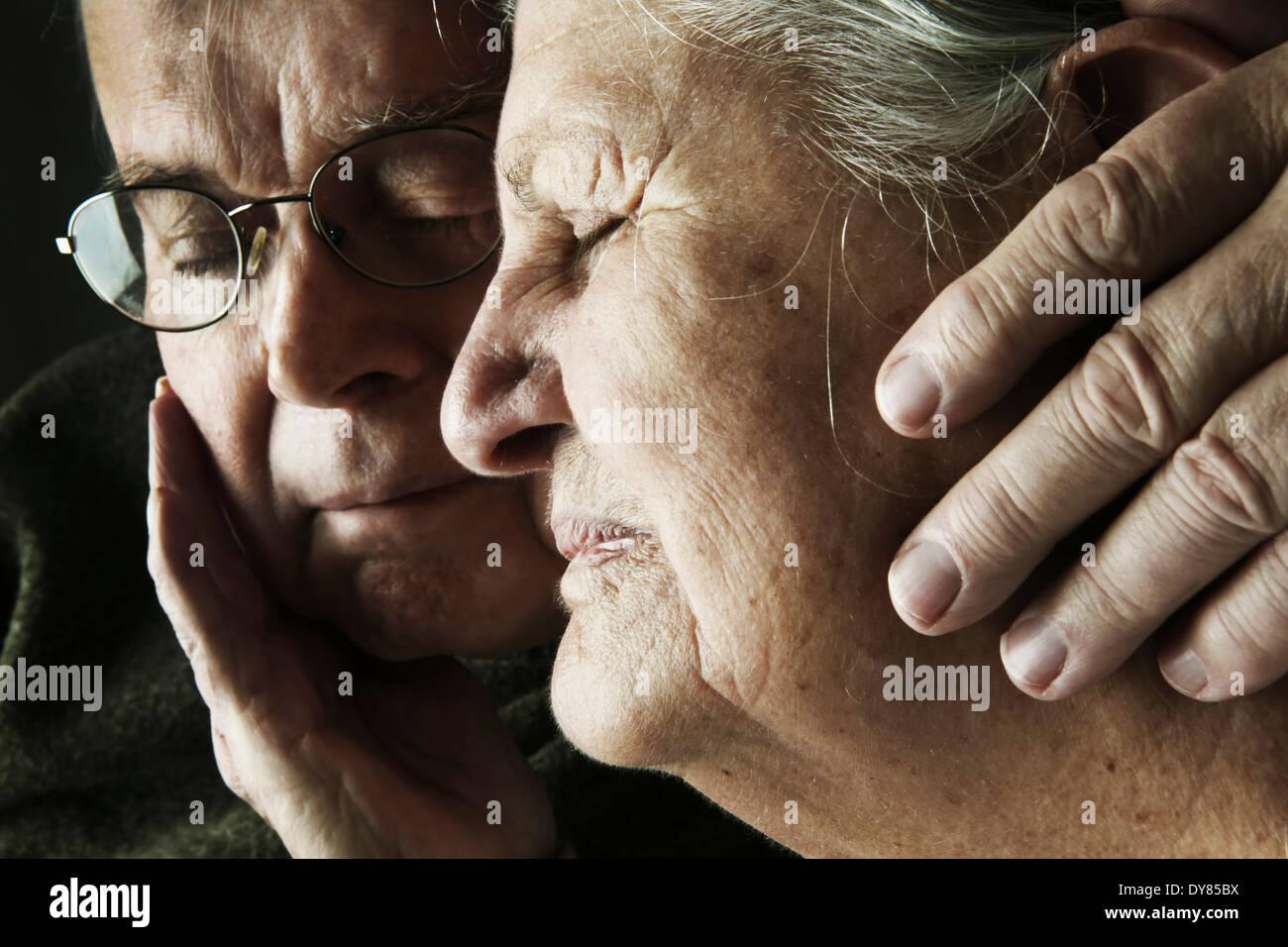 Portrait of senior couple avec fermer les yeux, close-up Photo Stock
